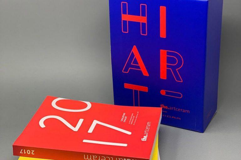 Il box porta cataloghi di Hidra Ceramica. Comunicare con i dettagli.